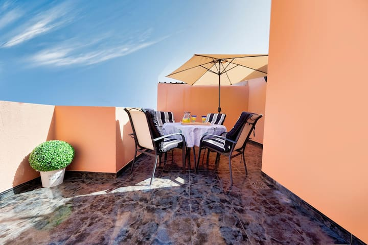 Gorgeous Home Short Walk from the Beach with Rooftop Terrace & Wi-Fi; Street Parking Available