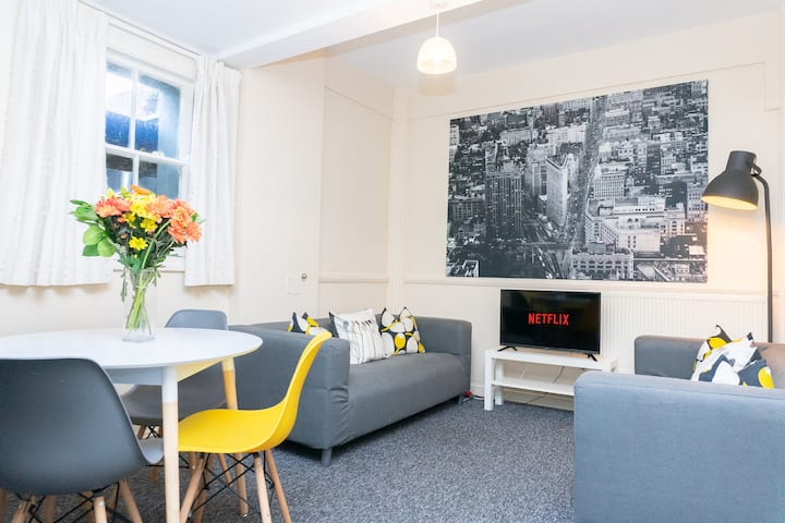 ☆ Modern Central Apartment with FREE Netflix ☆
