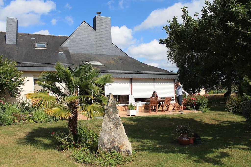 La terrasse exposée sud/ouest est idéale pour les petits-déjeuners ensoleillés. Elle donne accès à un jardin verdoyant et fleurit de 2 700 m2.