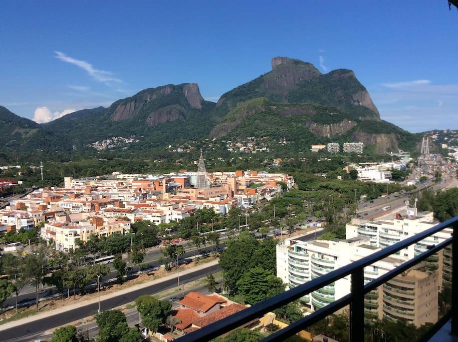 Vista da varanda para a Pedra da Gávea e Shopping DownTown