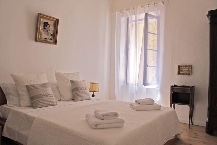 Kingsize Bed with Ensuite Bathroom