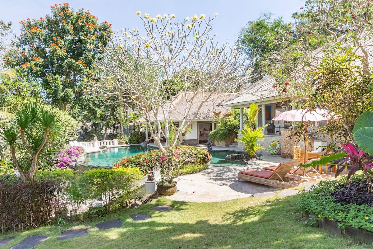 Luxuriöse, weitläufige Naturoase Villa Taman Caliandra mit großem Pool