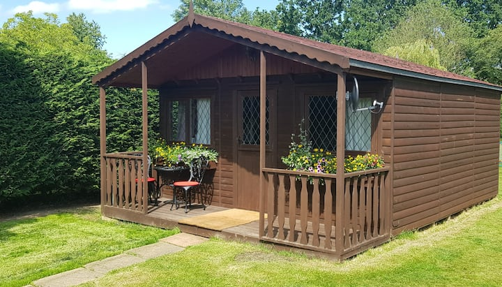 "Self Contained Cabin - ""Stansted Airport Cottage"""
