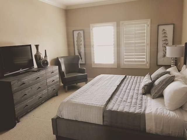 Master Bedroom: New King Gel mattress.  A walk-in closet. a2 sink Master Bathroom with a private toilet area. Smart TV Flat screen, Apple TV, remote. Cable YOUTUBE TV. All local channels, 15 sports channels, Disney channels, All News channels,more.