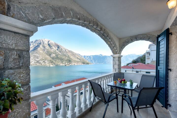 2-bedroom apartment with beach and Perast views