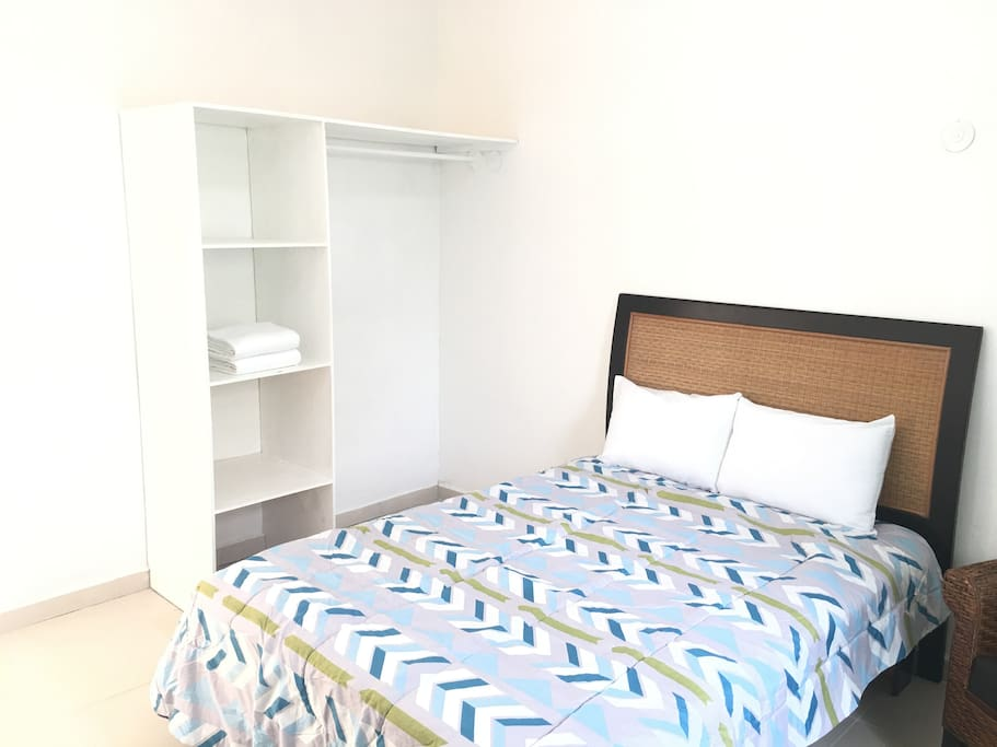 La habitación incluye un amplio closet