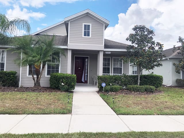 4/3 Private Pool Vacation Home near Parks