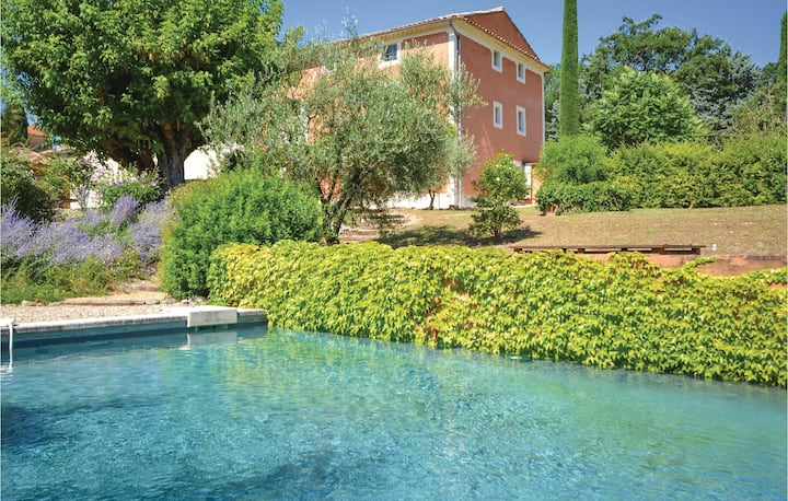 Stunning home in St. Saturnin les Apt. with WiFi, Outdoor swimming pool and 5 Bedrooms