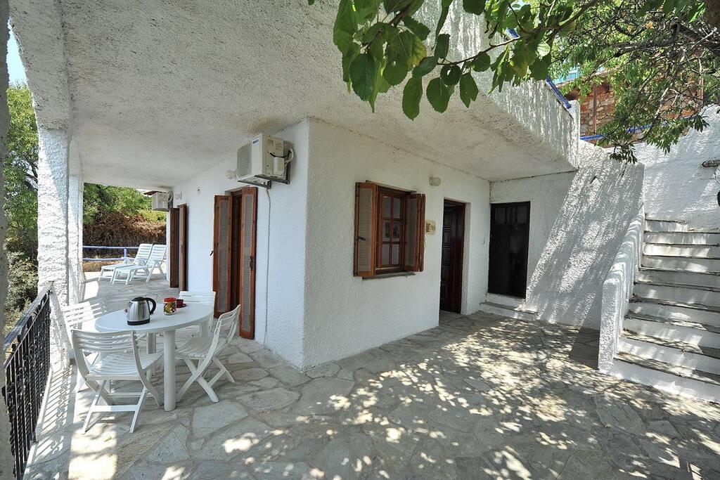 Villa ERIKA+VERONICA. L'accesso alla villa ERIKA e le scale verso la dependence VERONICA.