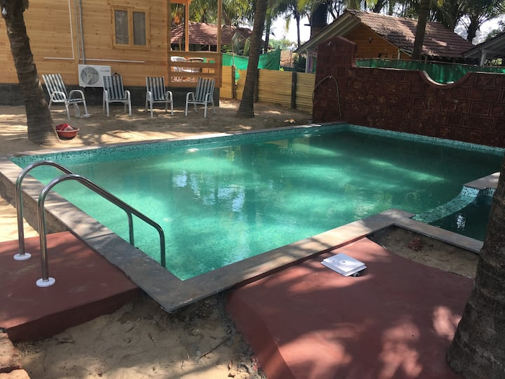 Comfortable wooden cottage close to Morjim Beach