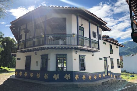 Colonial Casa-Finca en Cauca Viejo, Antioquia.