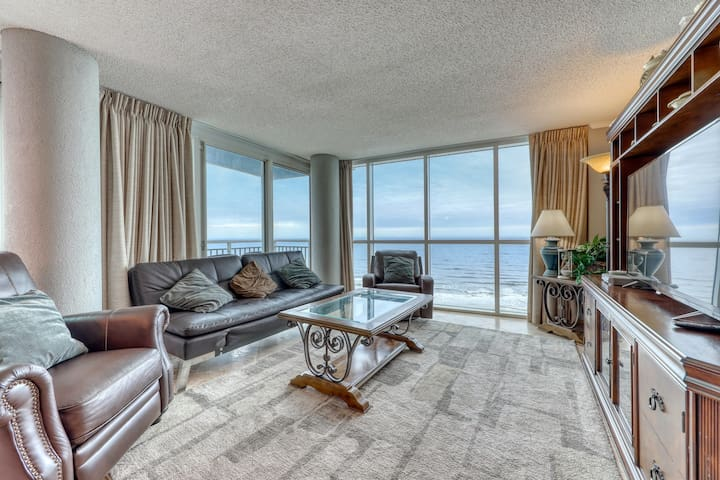 Oceanfront corner condo w/ great beach views & shared pools/hot tub/gym!