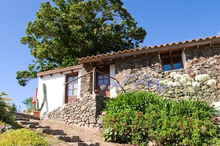 Cozy stone house in the mountains. Summer price 35 - Teror - Rumah