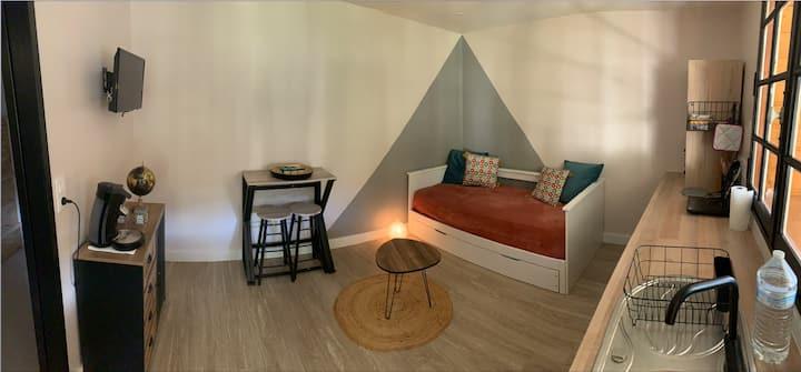 Studio cosy, chaleureux, tout équipé.