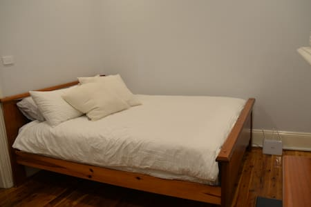 Queen room in CBD house. - Millers Point - Rumah