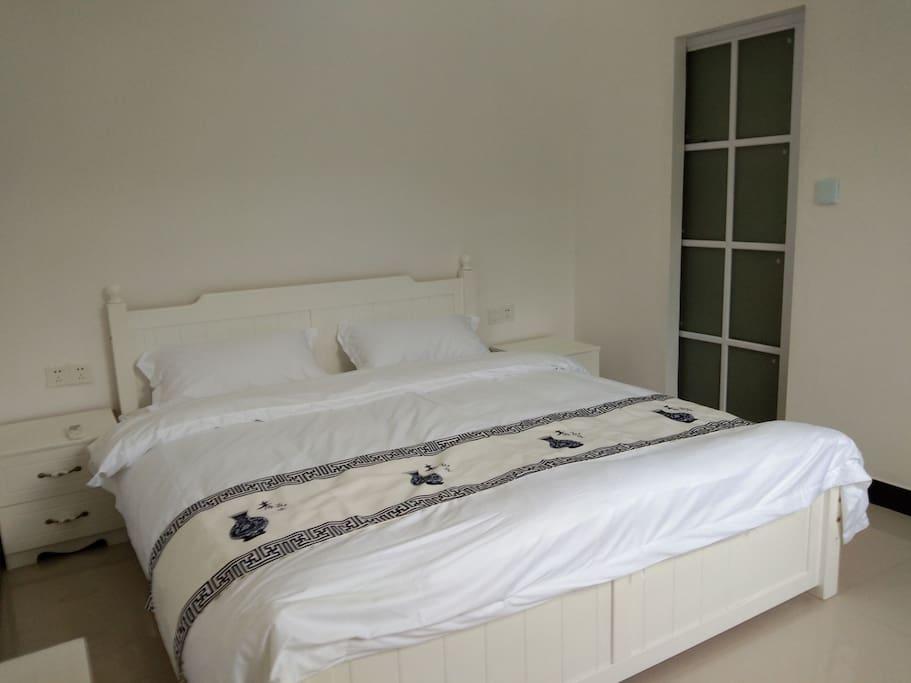 宽敞大床,纯棉被褥,空调凉爽,舒适睡眠