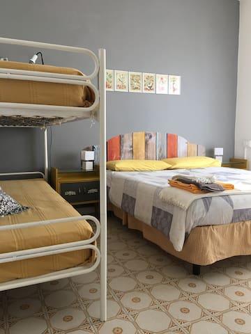 Seconda camera, con un letto matrimoniale (o due singoli affiancati) ed uno a castello: