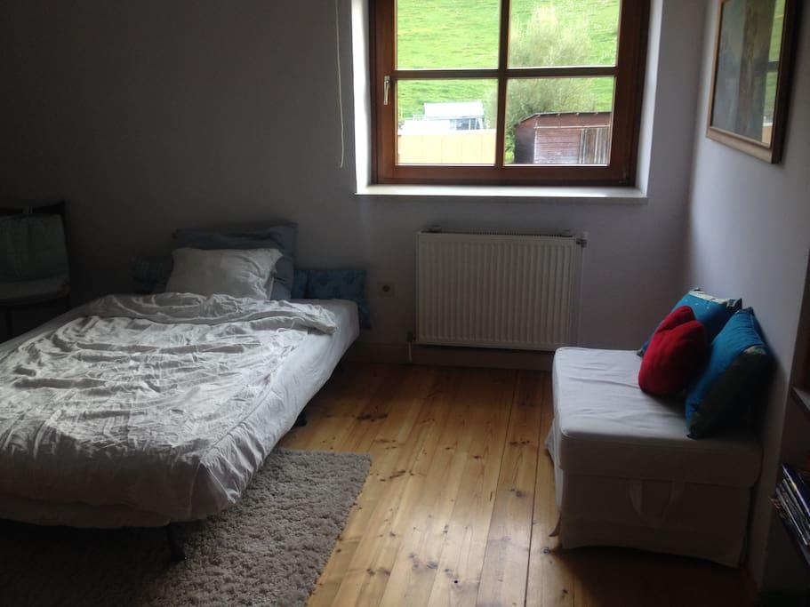 Doppelbett im Privatzimmer