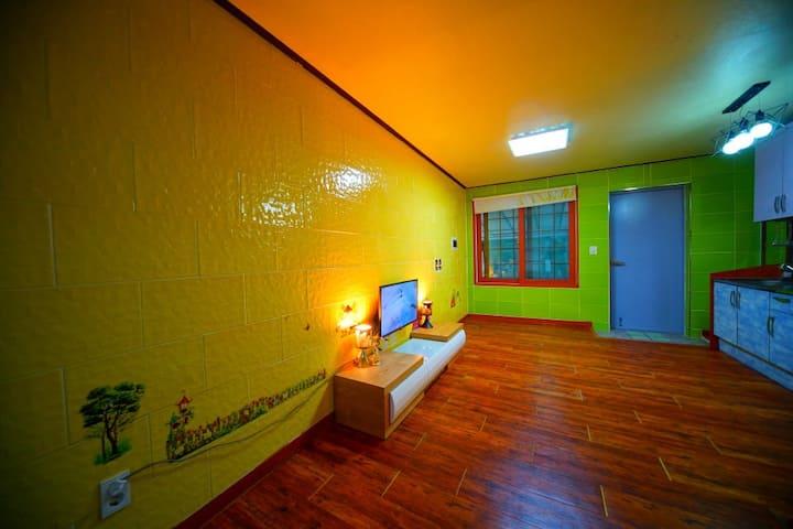 도란도란 얘기 나눌 수 있는 거실과 깔끔한 침실이 있는 C동101호