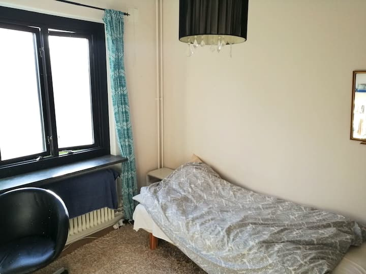 Comfortable room, quiet area close to city centre