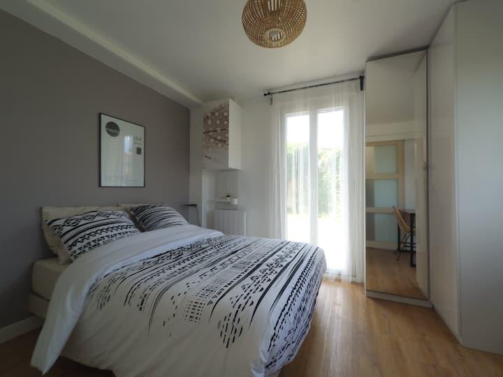 Chambre avec salle de douche privative dans maison