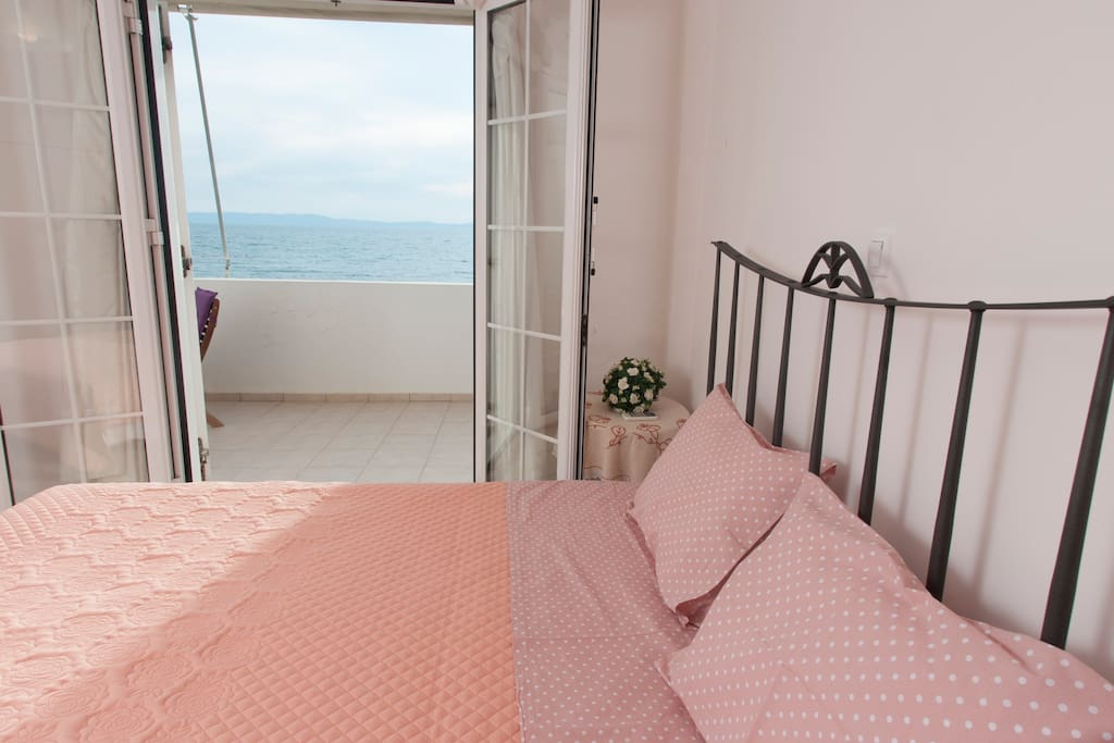 Master bedroom with a magnificent double bed and sea view