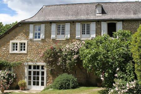 3 chambres d'hôtes dans ferme 18e - Lasseube