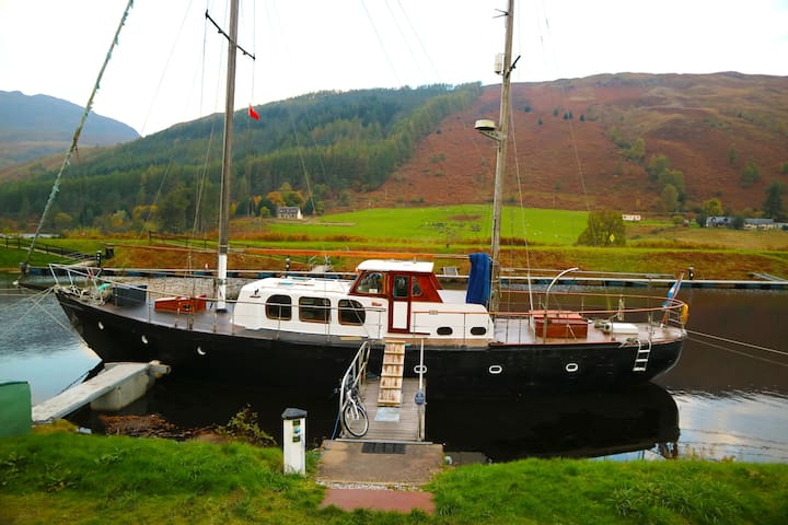 Unique boat stunning Scottish Highlands (sleeps 8)