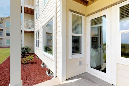Waterfront condo w/ ocean view, shared pool and hot tub, free WiFi!