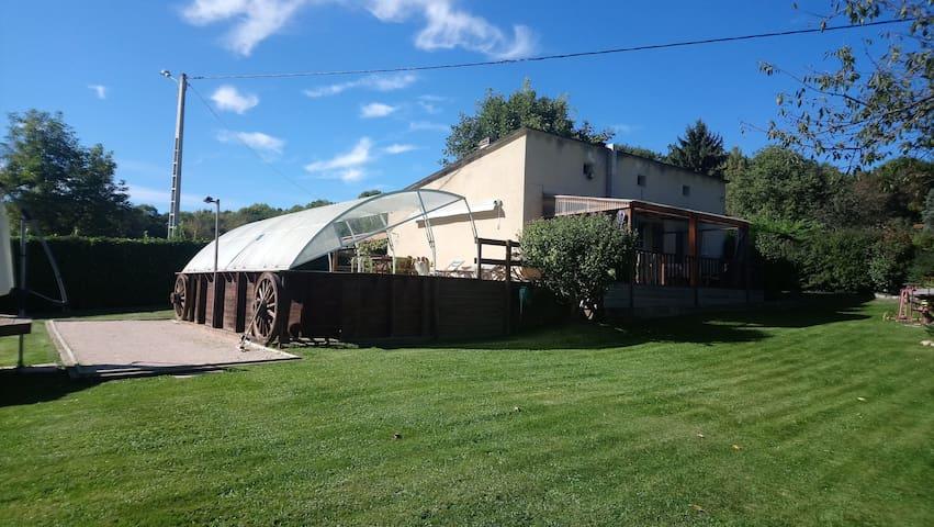 Maison de campagne verdoyante au calme et piscine