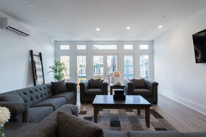 Luxury 4 bed,4 bath in the Heart of Newport Unit 2