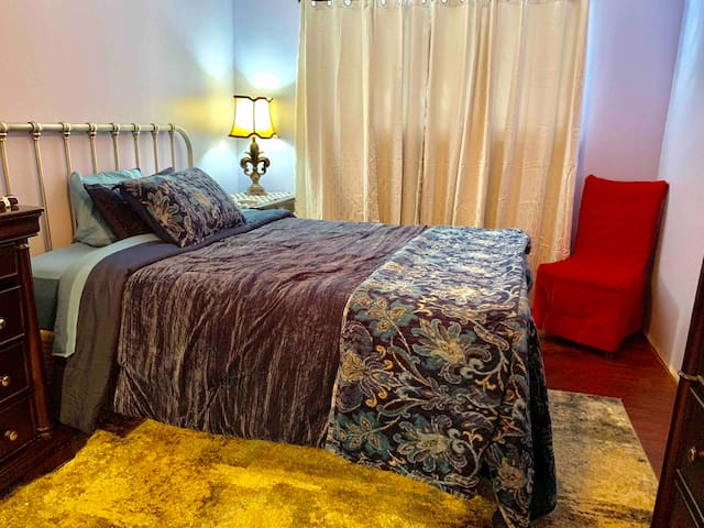 Quiet retreat - room rental - comfy queen bed
