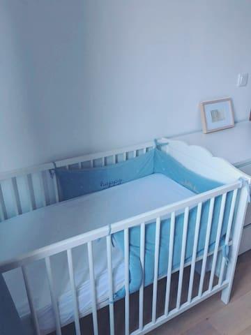 Lit bébé dans la chambre jaune