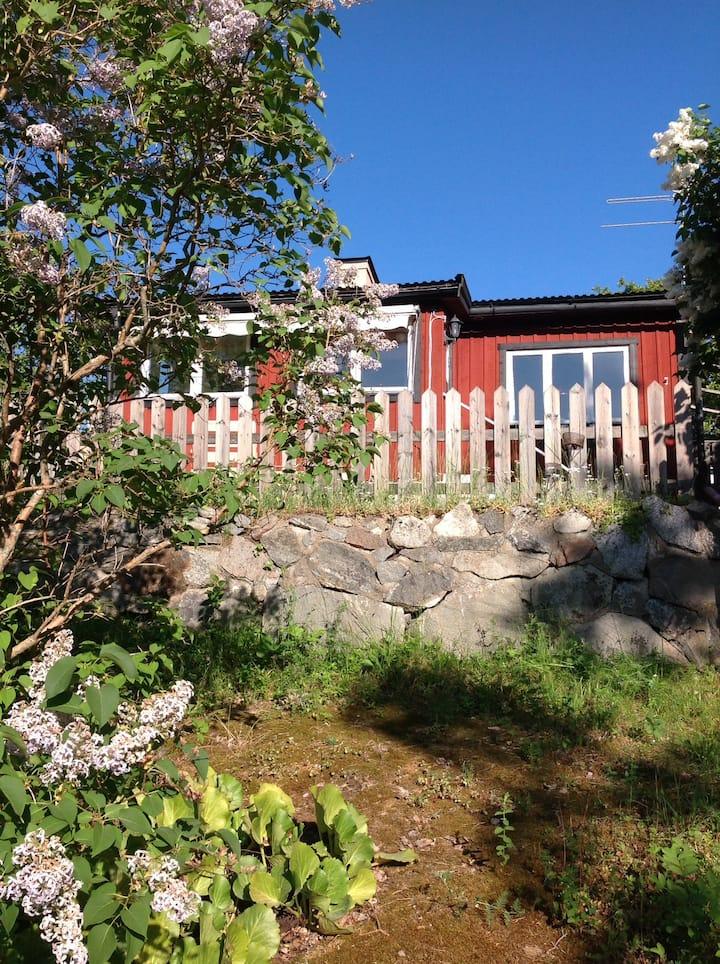 Charmig liten stuga med sjöutsikt, Sthlms skärgård