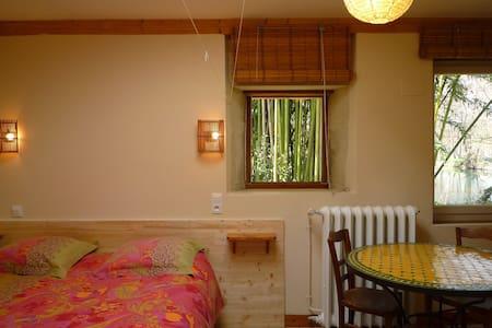 STUDIO dans les bambous 30 m2 /Pl. pied /Terrasse - La Crèche - Haus