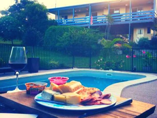 New Poolside Cabin b'fast Inc, Close to Fraser Is.