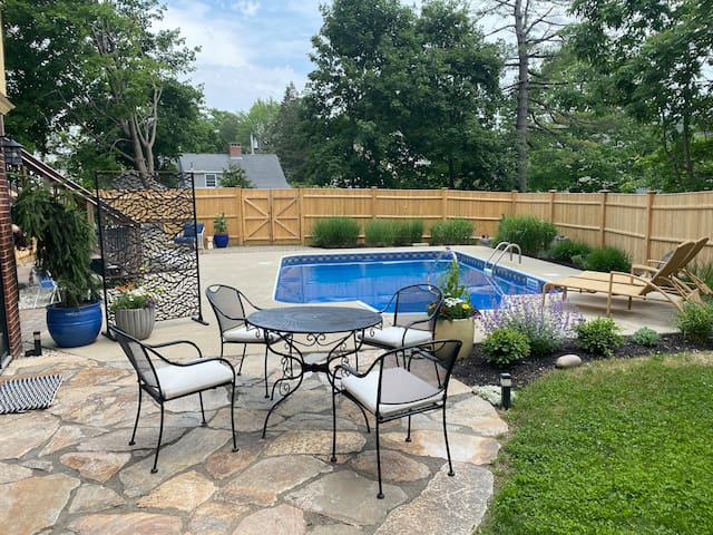 Maine Hacienda w/pool & hot tub-10 min to downtown