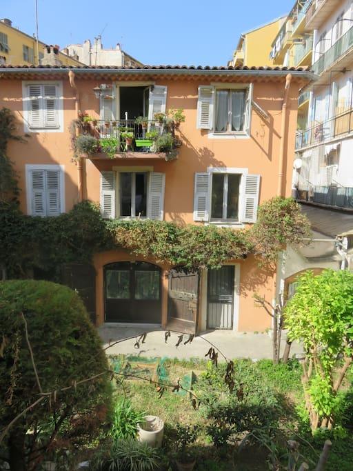 vue depuis la chambre;(le jardin privatif.) room's vue of the private garden