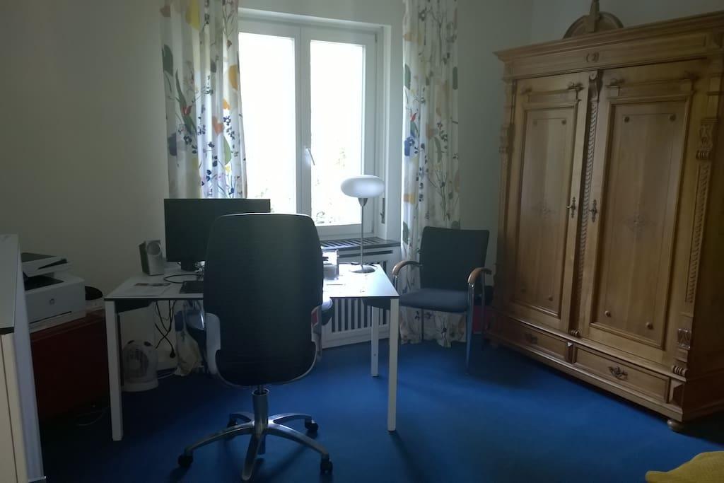Arbeitszimmer mit Schlafcouch