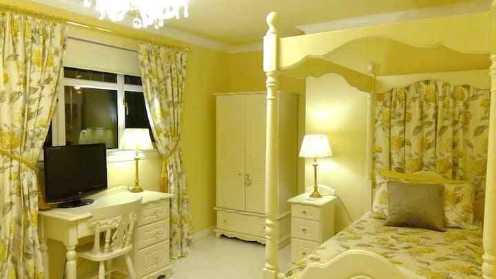 Bliss...   Spacious Room in Safe Edinburgh Area