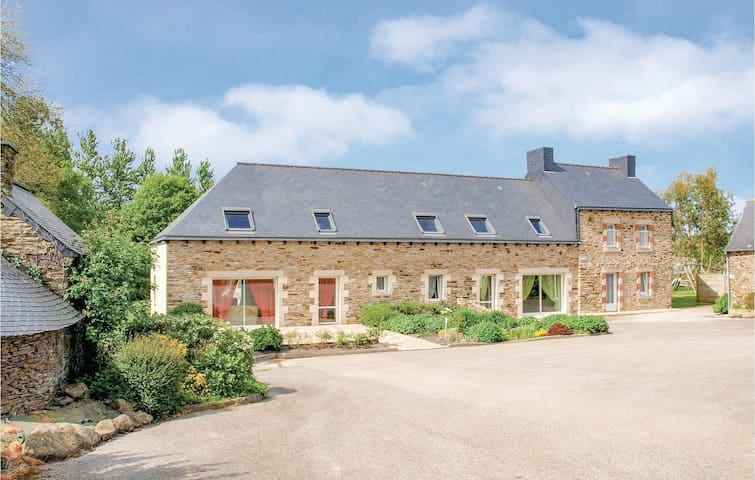 Semi-Detached with 5 bedrooms on 220m² in St Martin des Pres