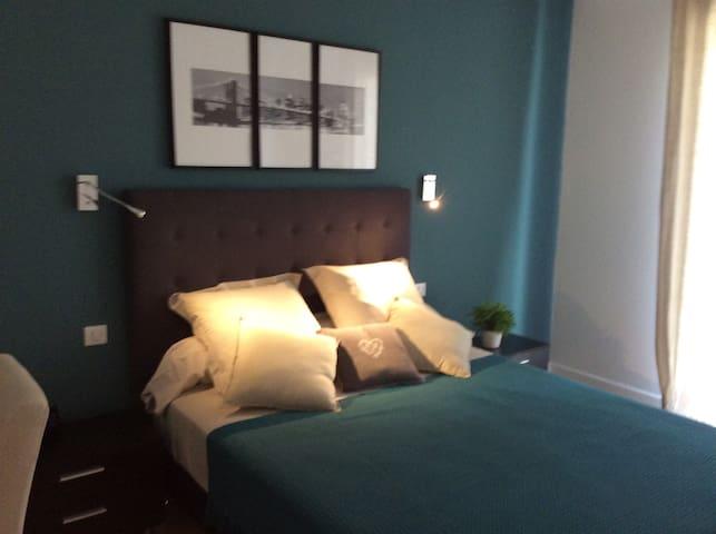 Chambre ( lit de 160 ) avec un balcon et une vue sur la cité.  Inoubliable ....