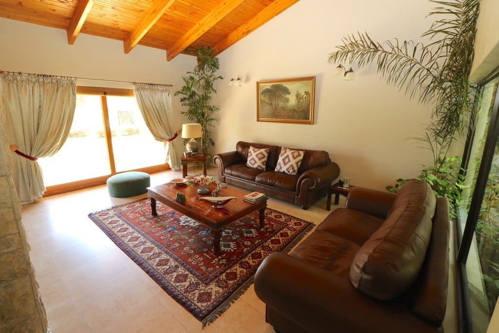 Sitting room with direct access to pool