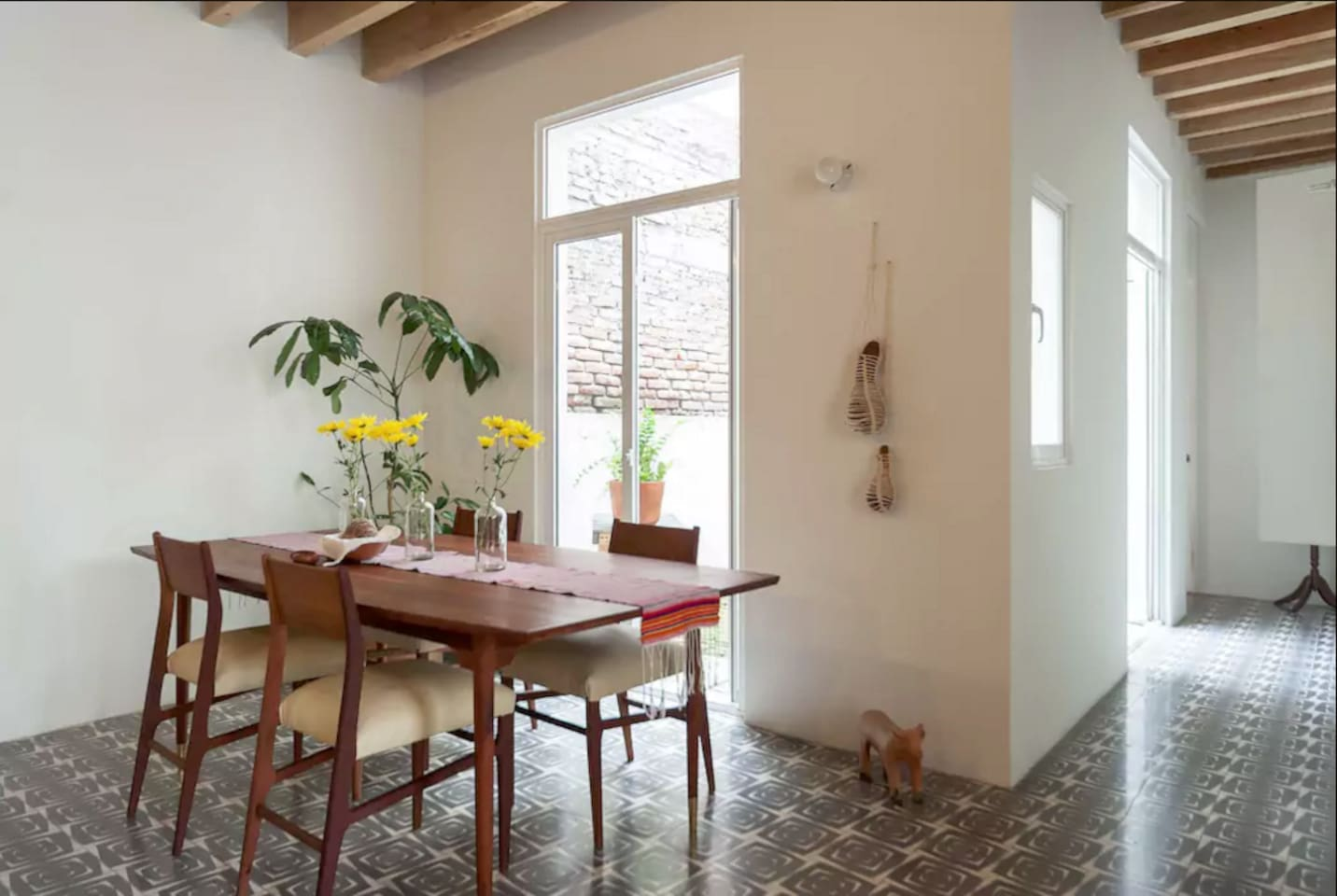 Beautiful courtyard apartment, dinning table for 4.
