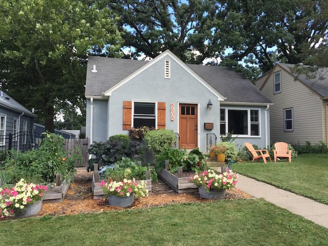 Family Friendly Cape Cod w/ Gardens - Minneapolis