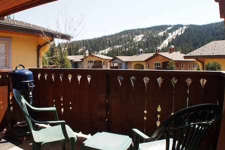 Picturesque Ski-out Condo with Hot Tub - Sun Peaks - Appartement en résidence