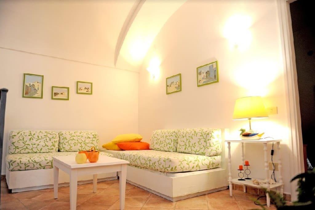 Ingresso  -soggiorno con due comodi divani di cui uno può  essere  utilizzato  come letto
