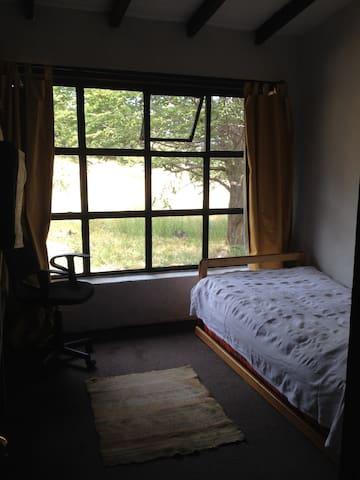 Linda habitación campestre para una persona.