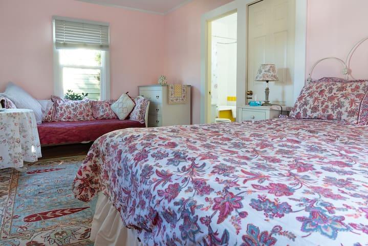 Secret Garden Inn and Cottages, Queen room