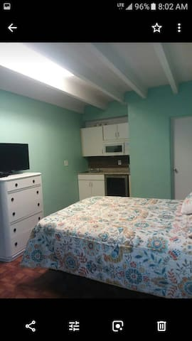 Clean cheery place with all amenities, on ocean.